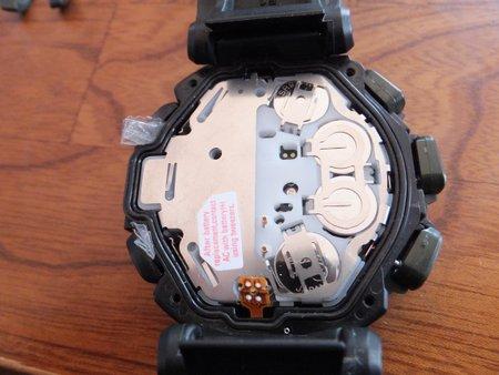 14もし作業の最中で中のモジュールが浮き上がってしまうとボタンで押し込む部分の金属のばねがはまらなくなりますので、ボタンにセロテープなどをかましてばねが引っかからないように押し込みます。