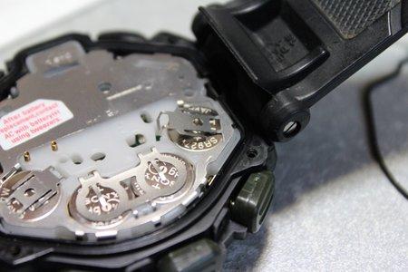11白い内部のふたを外すと電池が見えてきます。