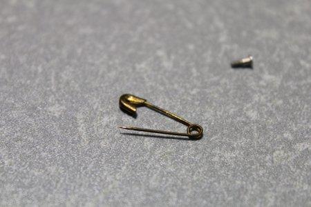 12電池のふたはものすごく細かい爪でひっかけてありますので小さめの安全ピンを伸ばしてその先で爪を外します。